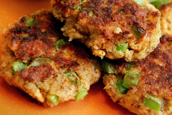 What Do You Eat With Salmon Cakes